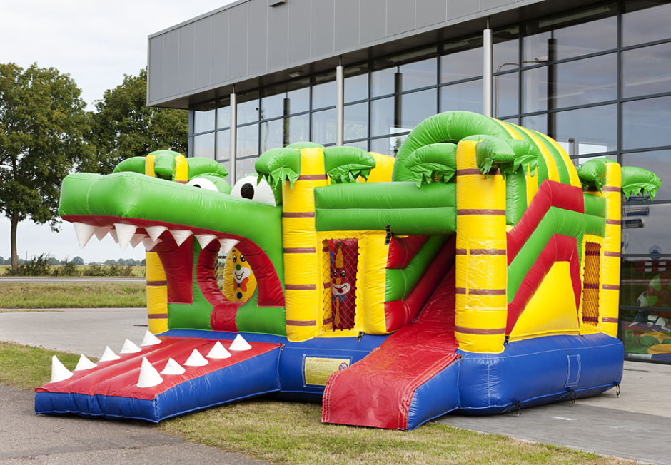 chateau gonflable multiplay avec toboggan et obstacles crocodile